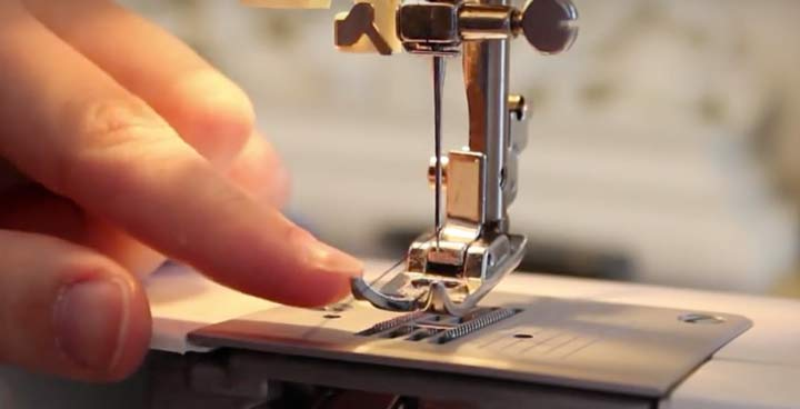 threading the singer sewing machine needle